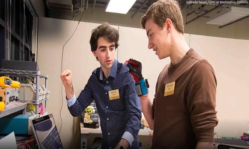 دانشجویان دستکشی اختراع کردند که زبان اشاره را به کلام تبدیل میکند دو دانشجوی کالج جفت دستکش گویایی اختراع کردند تا به افراد کر و لال کمک کنند با دنیای شنیداری ارتباط برقرار کنند.